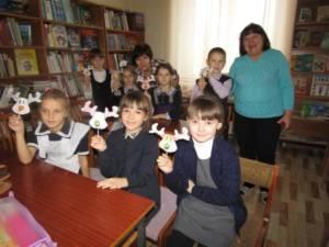"""Первоклассники посетили мастер-класс """"Новогодний подарок своими руками"""", проходящий в районной библиотеке"""