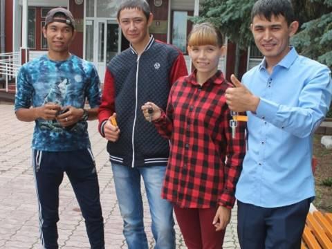 19 июля глава Кизильского района вручил ключи от квартир бывшим воспитанникам Кизильского детского дома