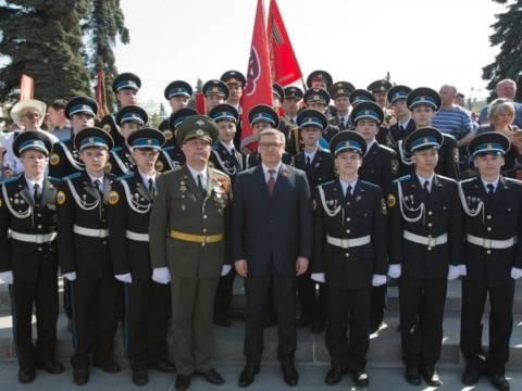 В память о погибших в годы Великой Отечественной войны Алексей Текслер возложил цветы к Вечному Огню